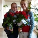 met jong en oud rozen uitdelen op straat